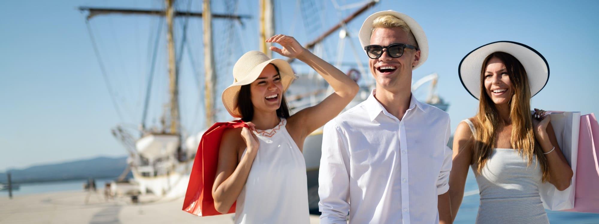 Glückliche Freunde auf Segelkreuzfahrt