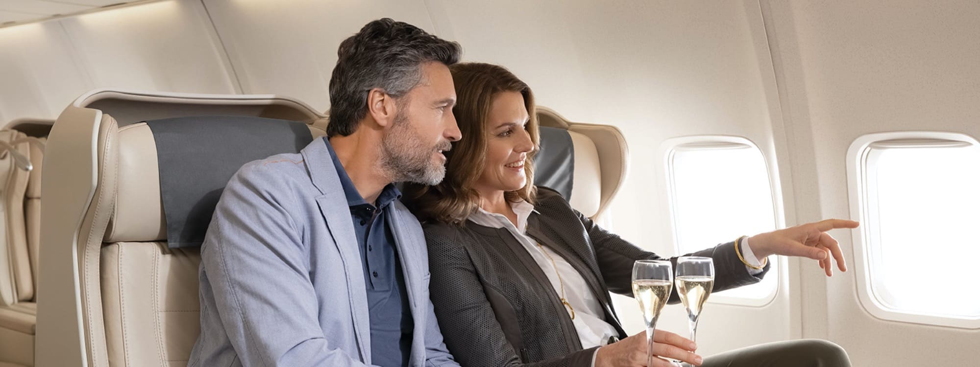 Paar genießt Champagner an Bord des Privatjets Albert Ballin