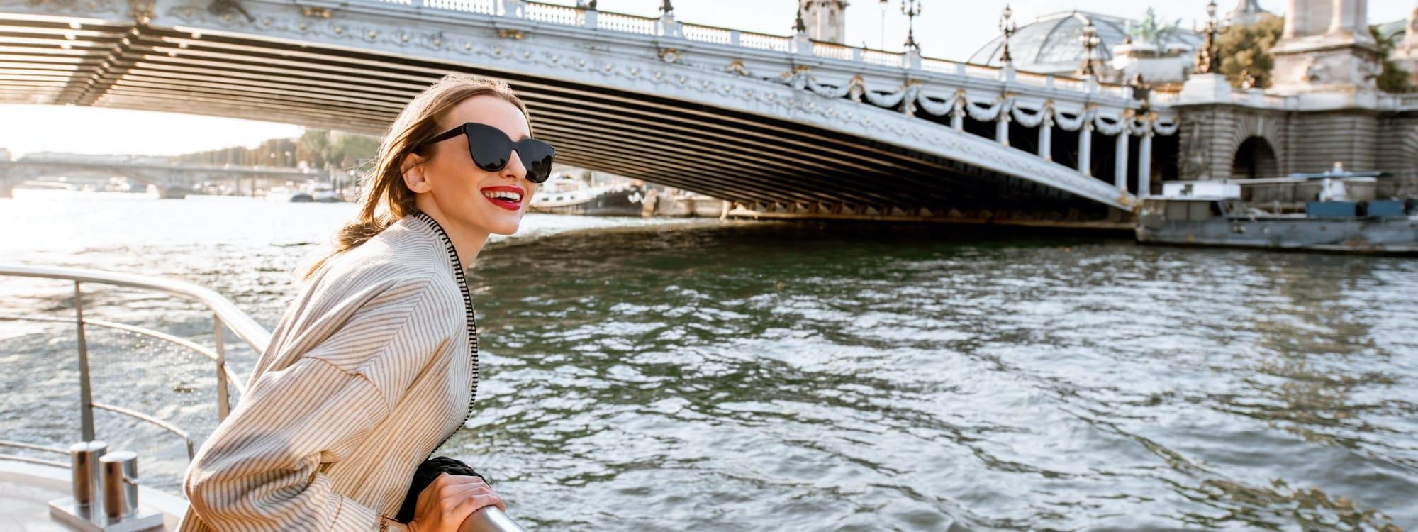 Begeisterte Dame auf Flusskreuzfahrt