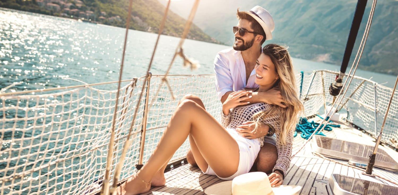 Glückliches Paar auf Segelboot