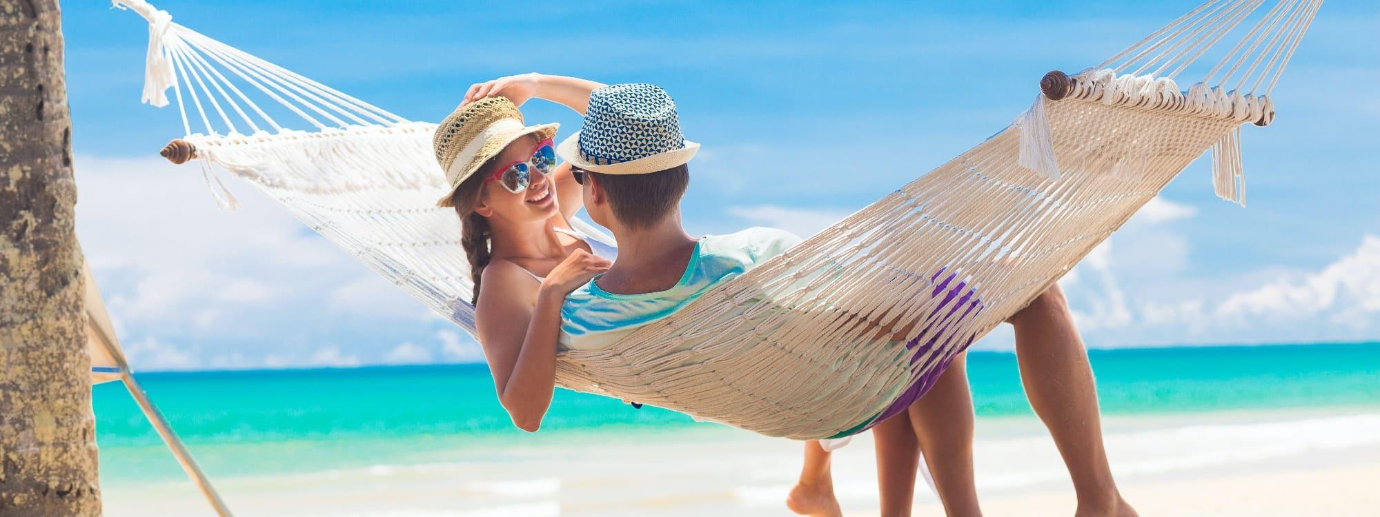 Entspanntes Paar am Strand nach einer Beratung durch Exclusive Cruising