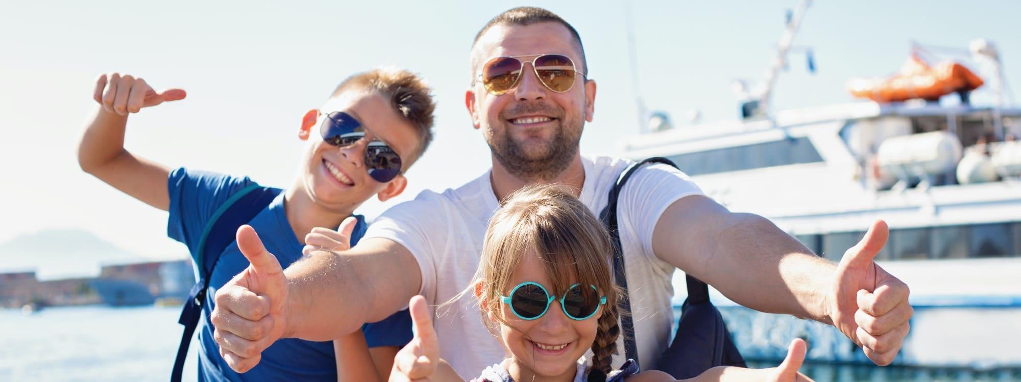 Strahlende Familie auf Kreuzfahrt