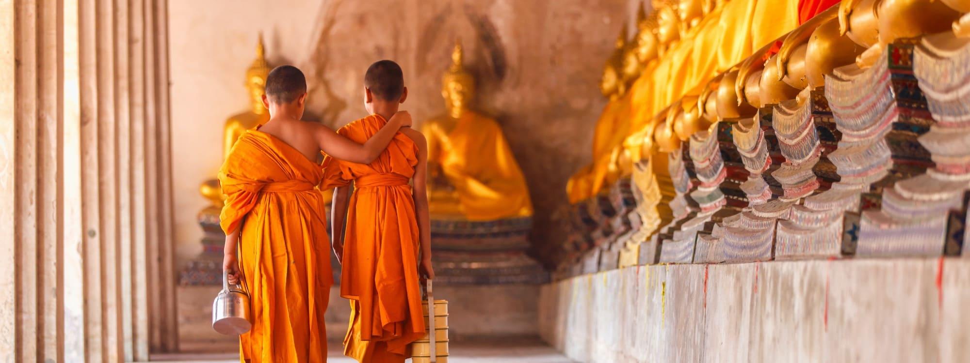 Junge Mönche kontemplieren im buddhistischen Kloster