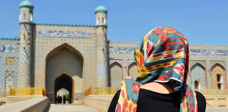 Touristin besucht Usbekistan